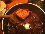 Das Gulasch abschmecken und ab auf den Teller