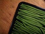 Frische grüne Bohnen putzen