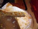 Zarter Käsekuchen mit Pfirsich und Puderzucker