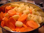 Möhren und Kartoffeln in kleine Stücke schneiden