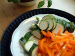 Paprika und Zucchini in Streifen und Scheiben schneiden