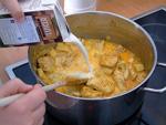 Kokosmilch dazugießen und für 30 Minuten köcheln lassen
